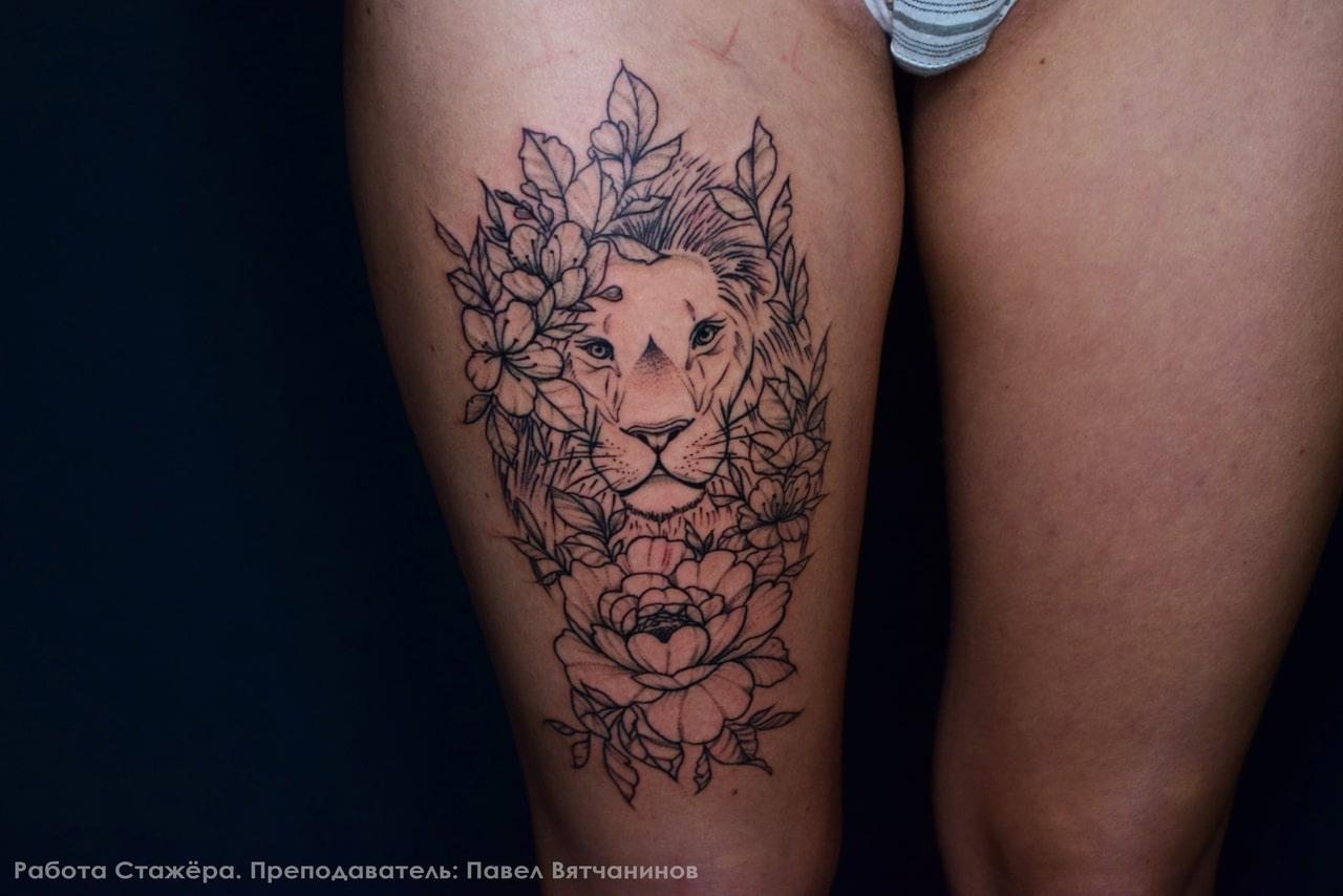 Тату лев в цветочном узоре